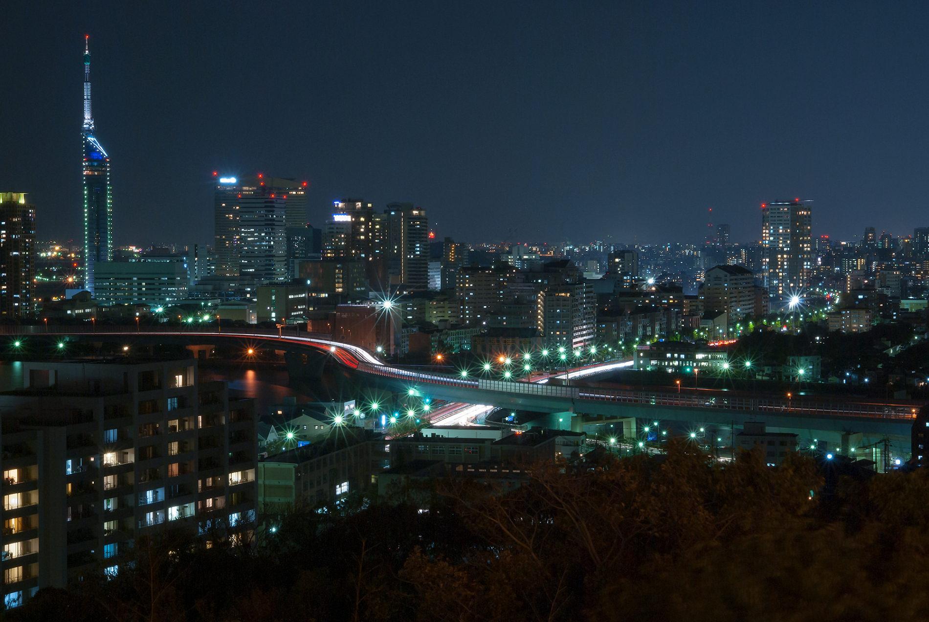 福岡タワーと都市高速の夜景