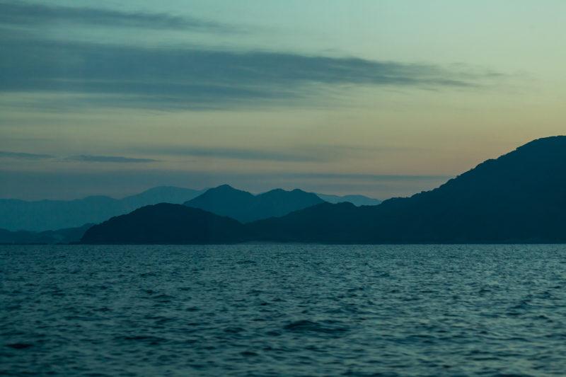 船からの海と山の景色
