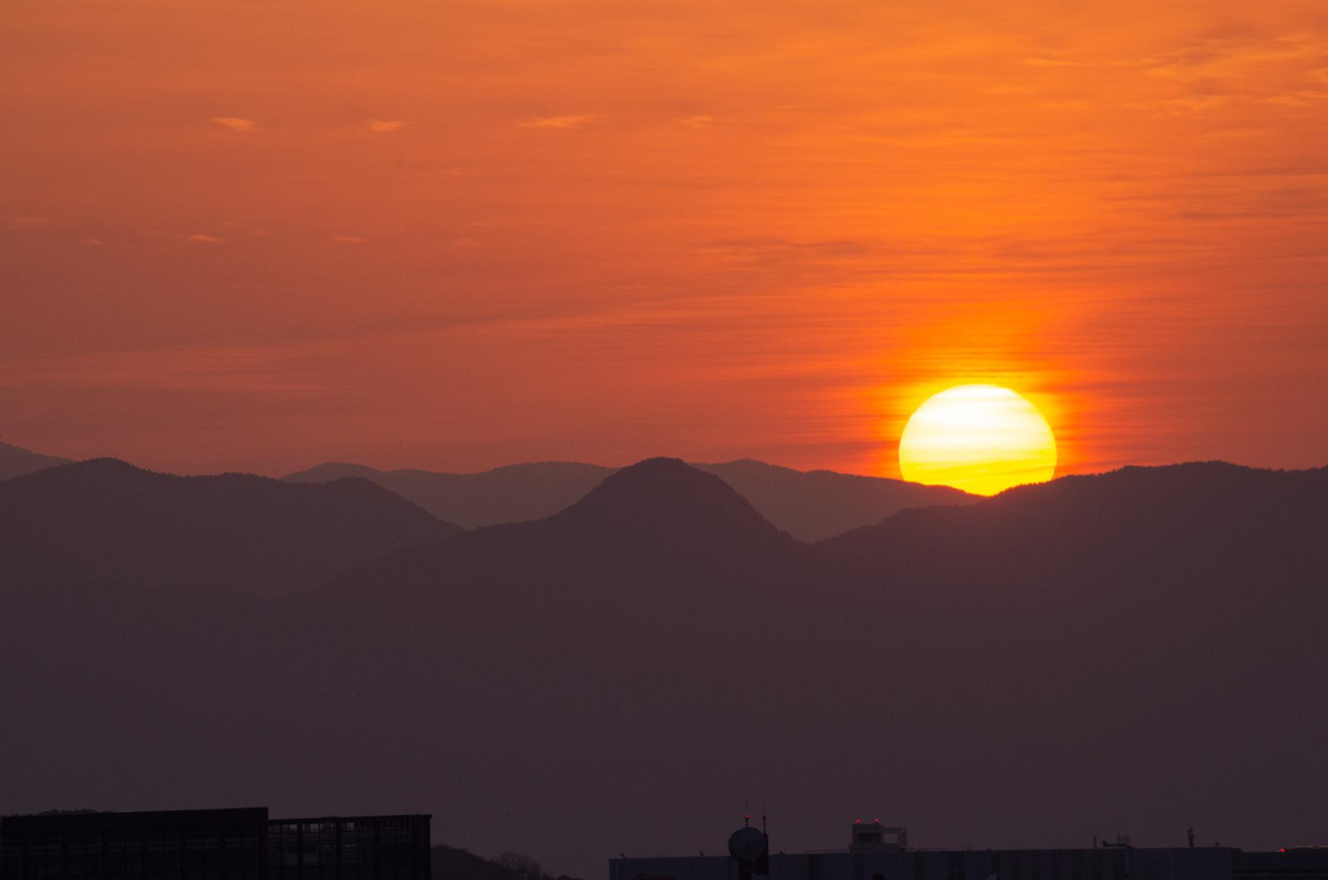 山間に沈む夕陽