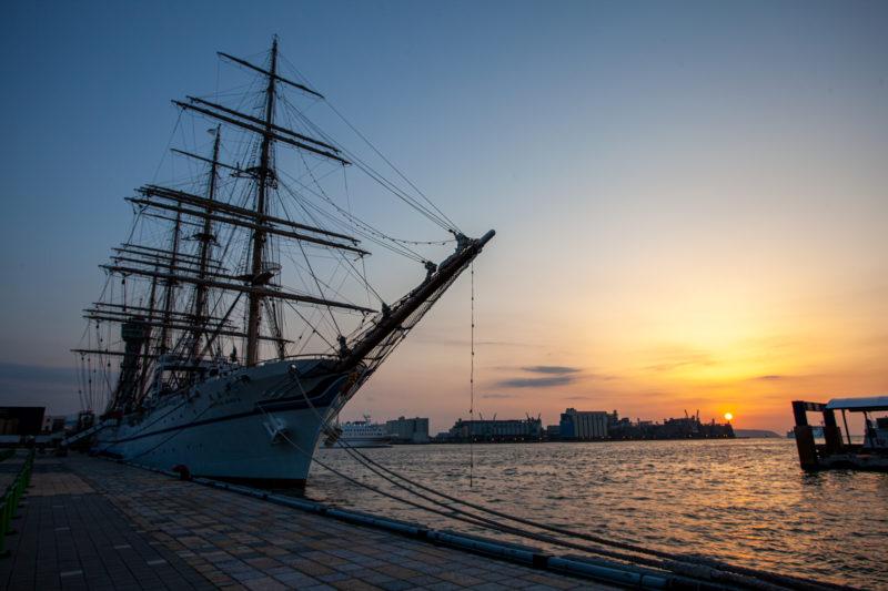 埠頭の船と沈む夕陽(海沿いの夕景)