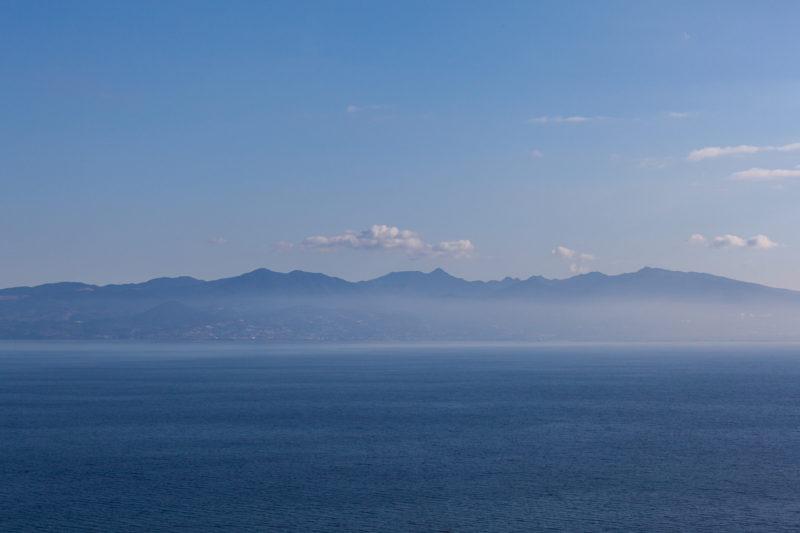 海(大村湾)と山の写真