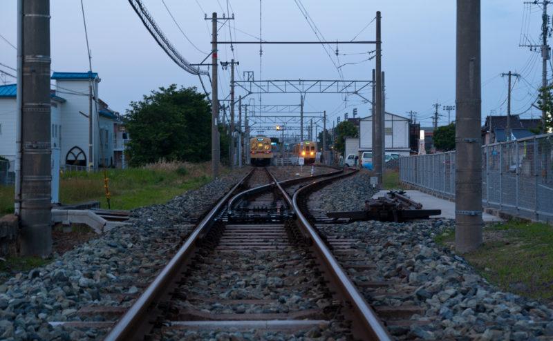 線路と駅に停まる電車