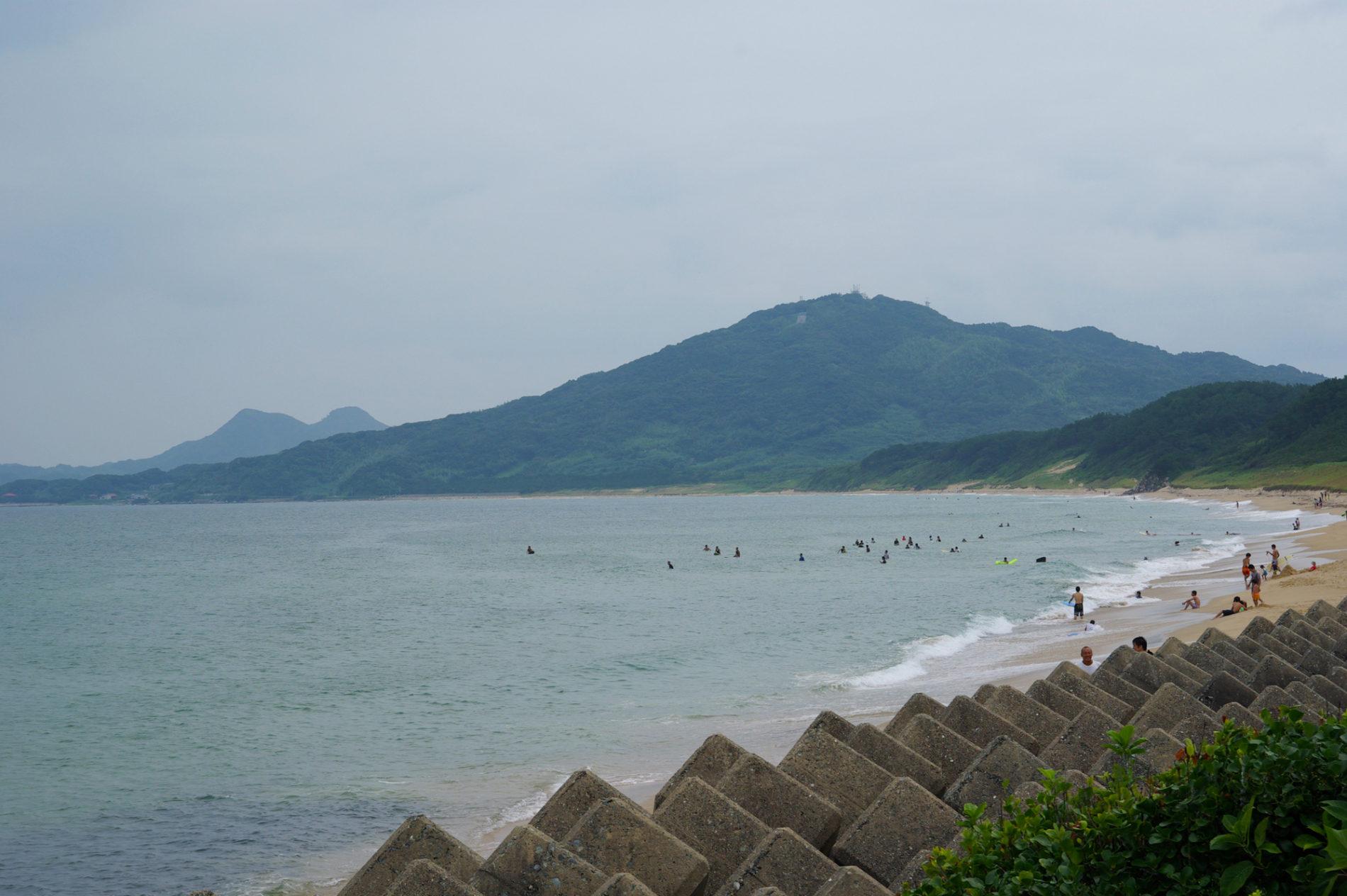 波乗りがいる福岡県糸島市の海岸の風景