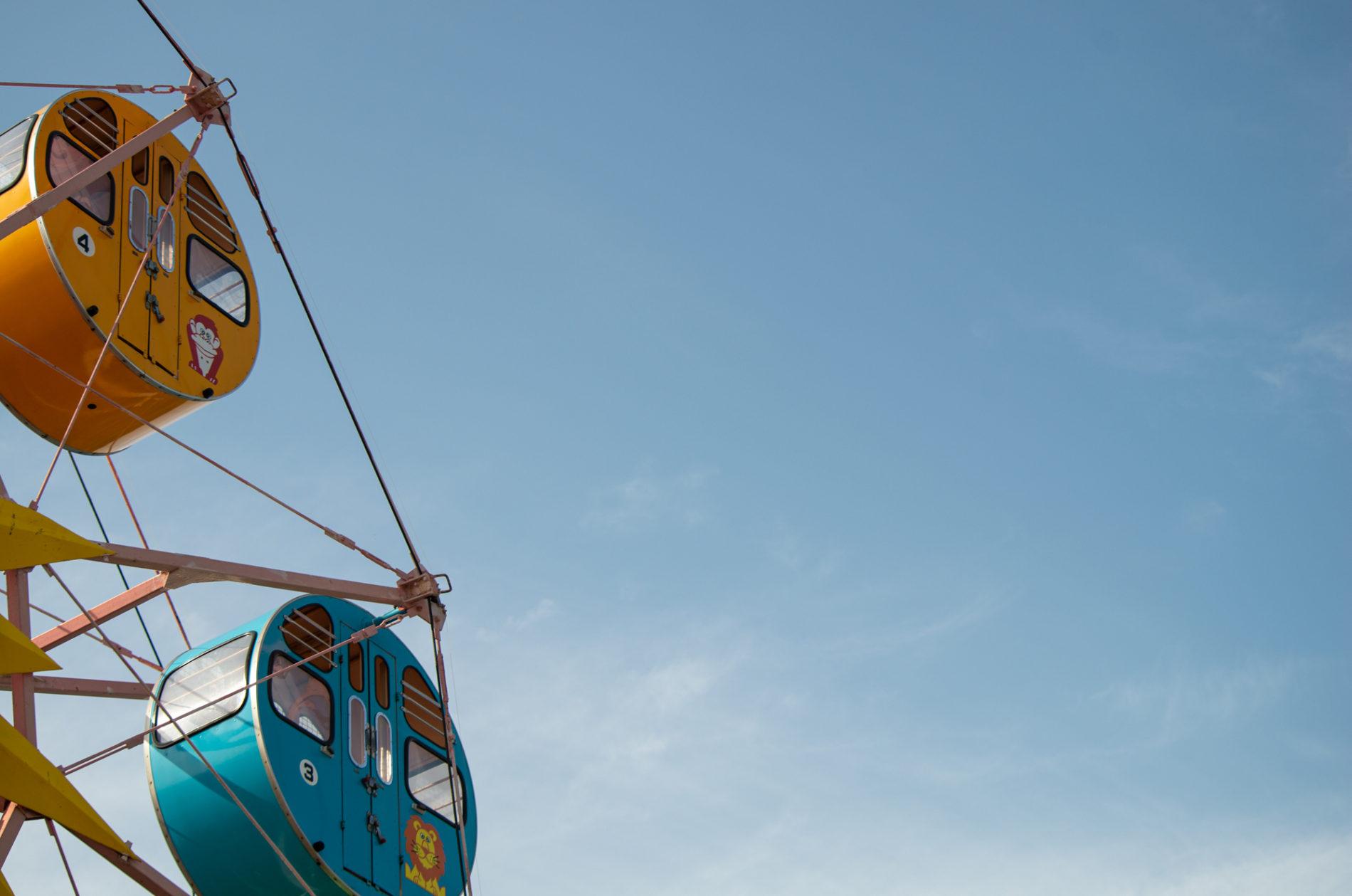 観覧車と空の写真、青色、無料のフリー写真素材
