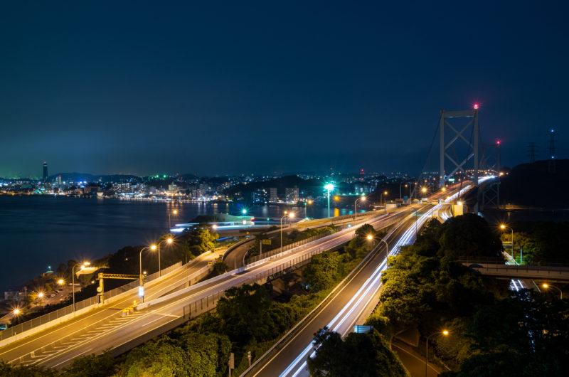 日本の本州(山口県下関市)と九州(福岡県北九州市)を繋ぐ関門海峡 関門橋の夜景