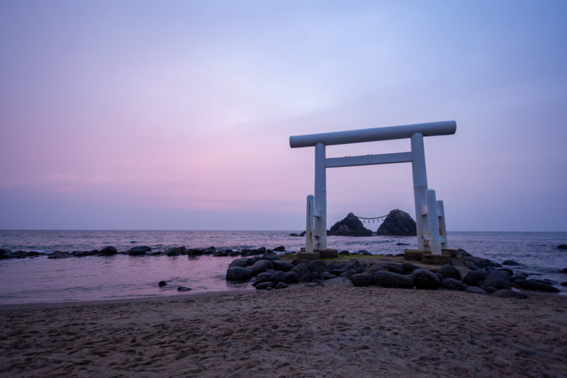 福岡県糸島市桜井二見ヶ浦の夫婦岩と鳥居