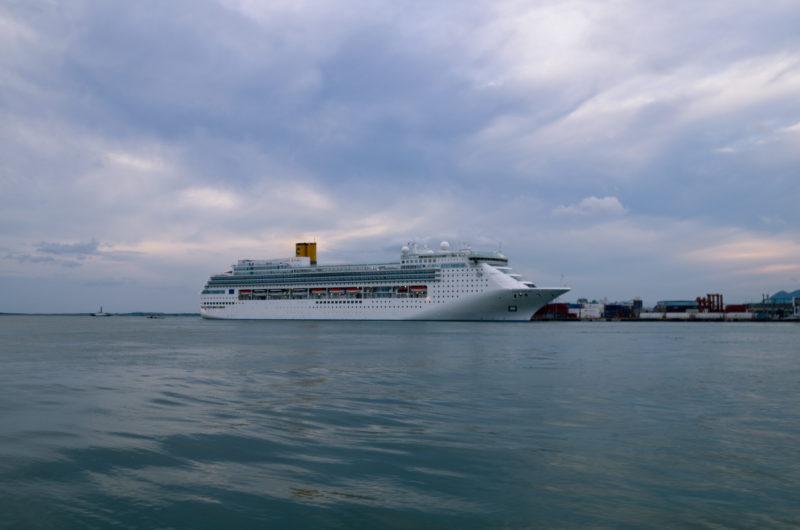 海に浮かぶ大型客船