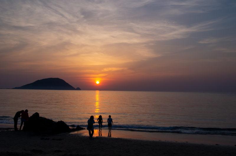 夕日と海と浜辺 人物シルエット