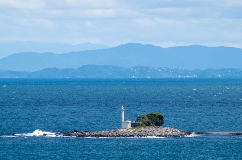 灯台と海と山島国 青の写真
