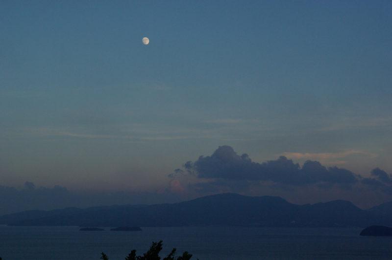 海と空とお月様に日本の島々、青の写真