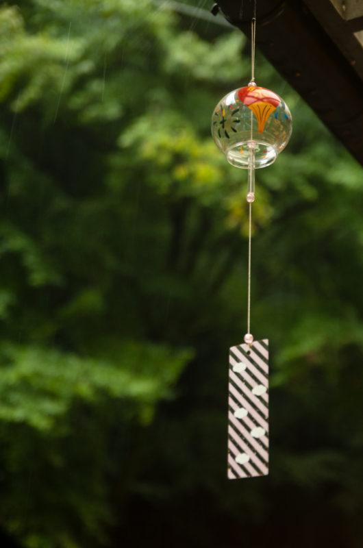 緑バックの風鈴の写真