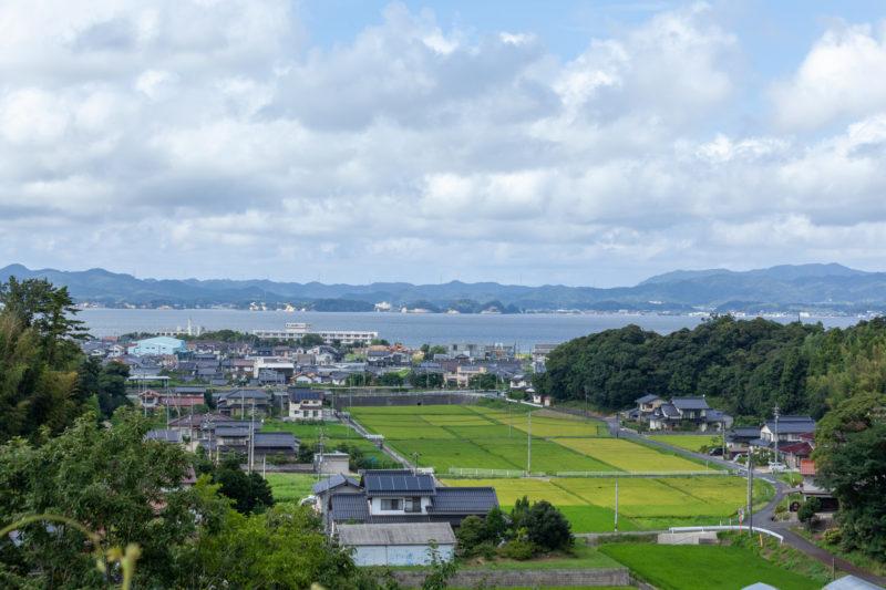 海と山と田園の町の日本風景