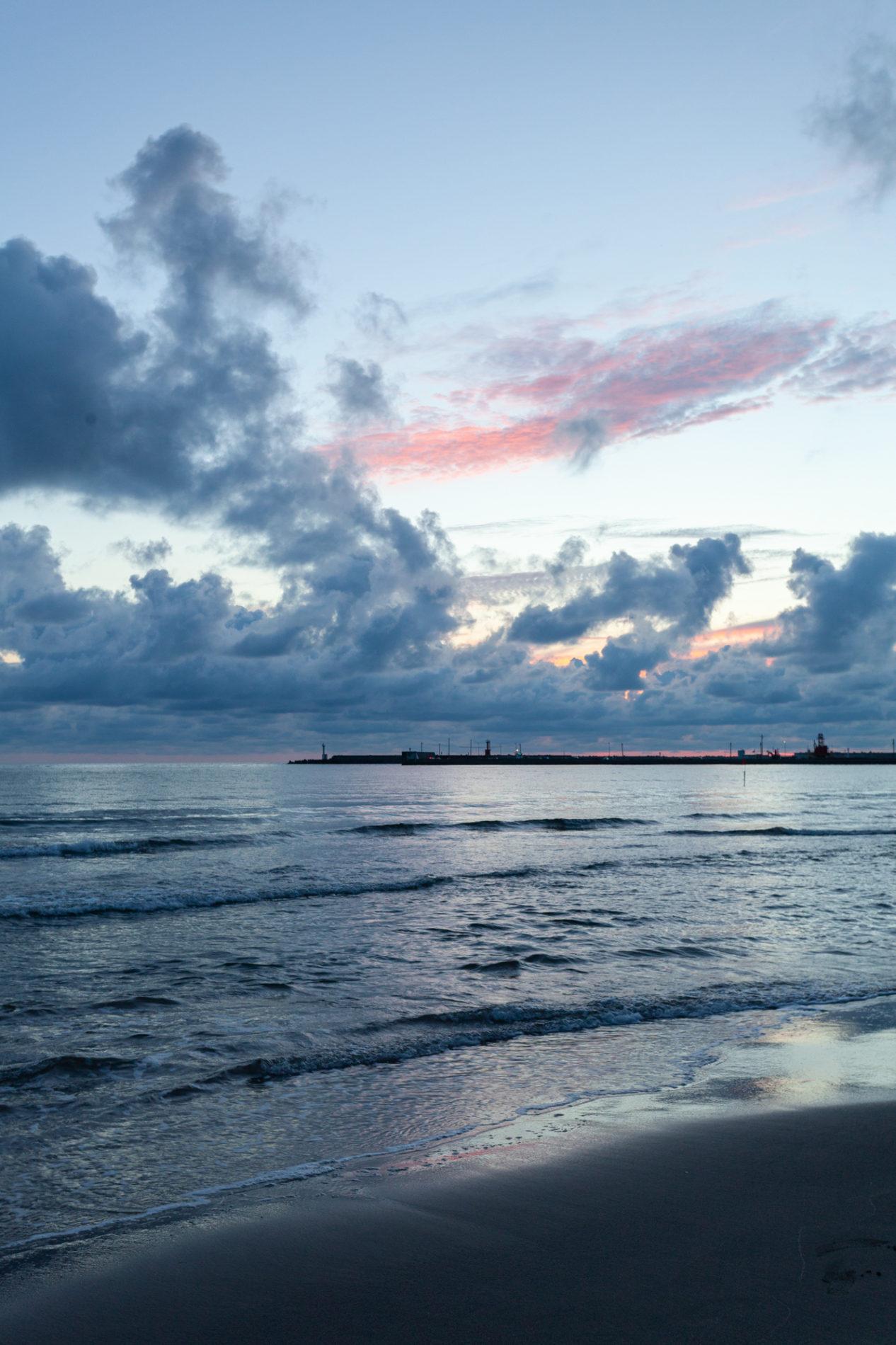 港近くの海(浜辺)のサンセット(マジックアワー)