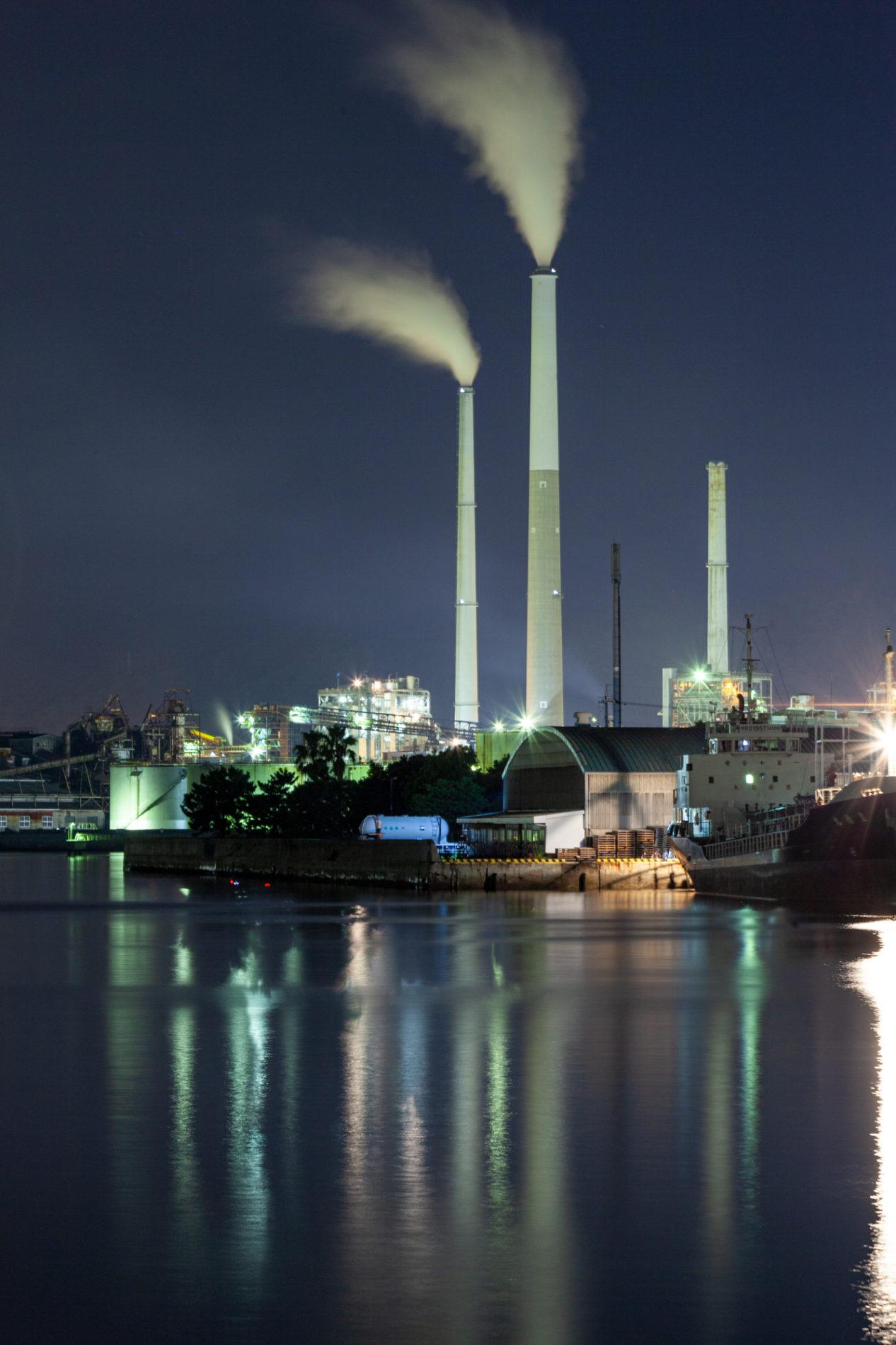 工場夜景 煙突 水蒸気 水辺