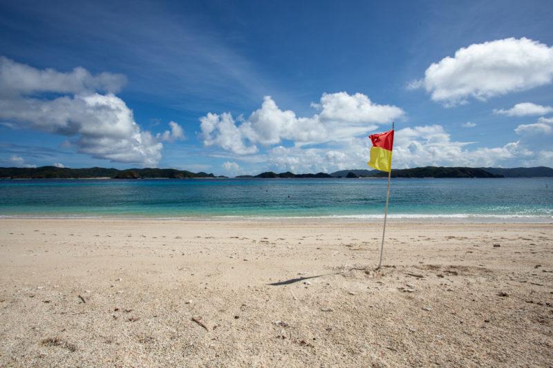沖縄 海辺 砂浜 青い海 空 フラッグ(旗)の写真