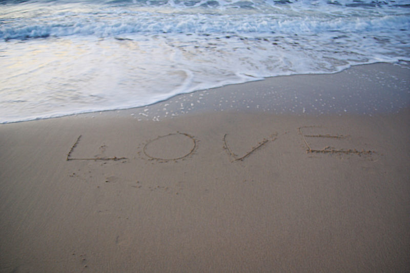 砂浜、波打ち際のLOVE写真