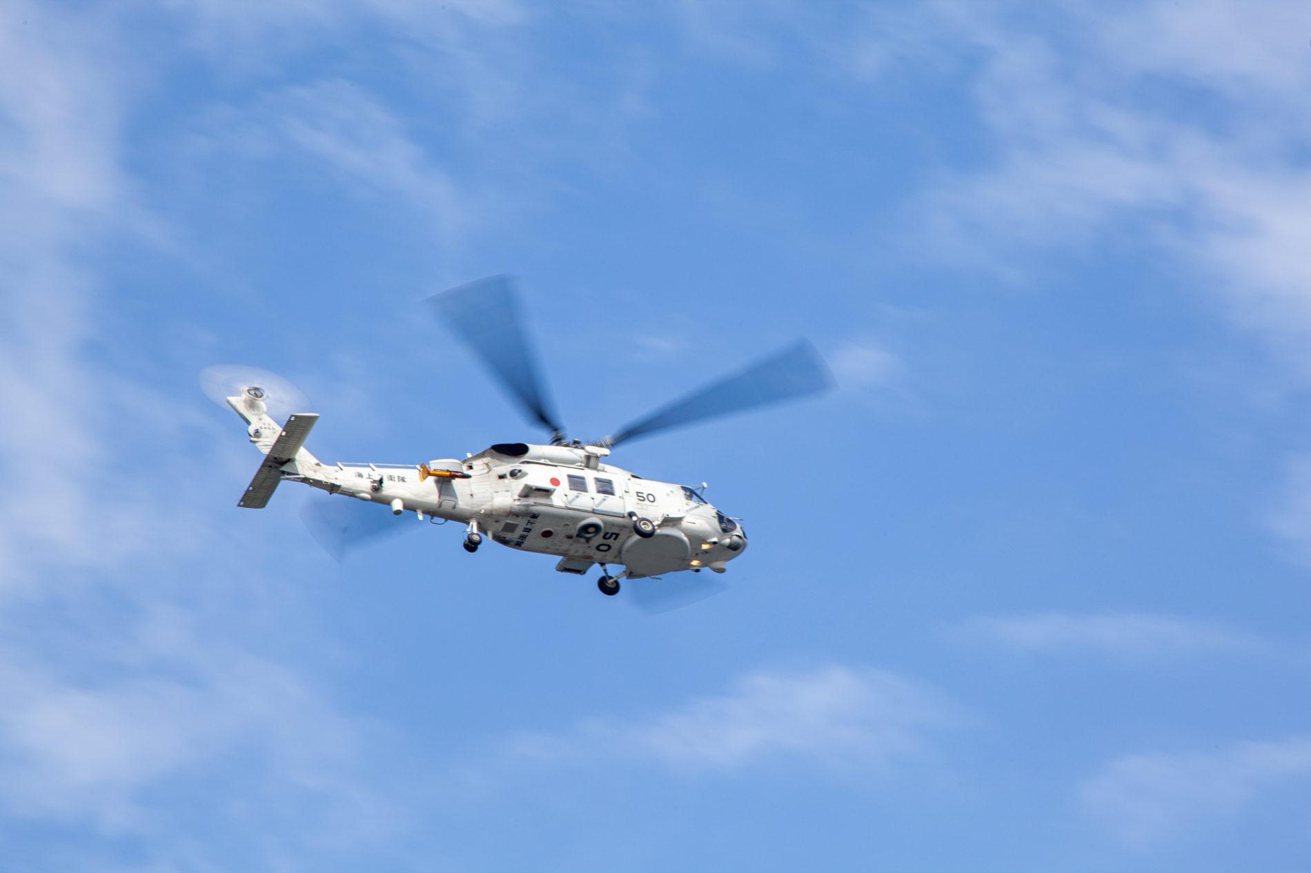 青空を飛ぶ海上自衛隊ヘリ